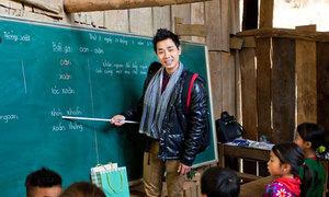 Nguyên Khang lên Tây Bắc dạy học cho trẻ em
