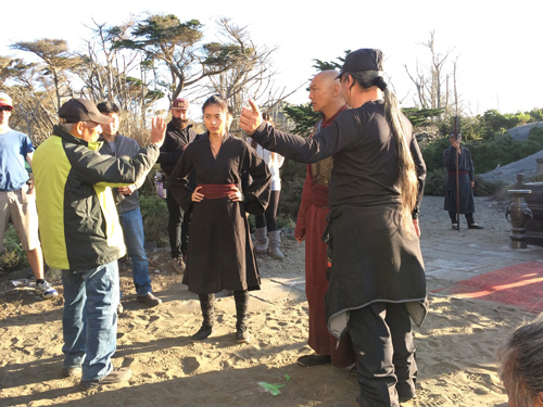 Khi khởi động dự án về 'Ngọa hổ tàng long 2', hãng đã mời Charlie Nguyễn, Ngô Thanh Vân tham gia, trong đó Charlie đảm nhận vai trò chỉ đạo võ thuật cảnh quay của cascadeur, còn 'đả nữ' được giao một vai phụ - nữ sát thủ Mantis trong tuyến nhân vật phản diện.