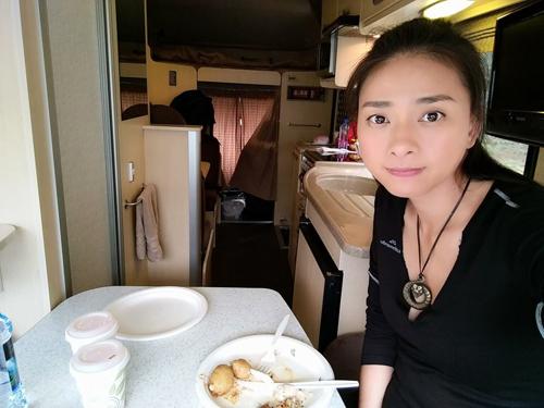 Nữ diễn viên được chăm sóc trên xe chuyên dụng của đoàn phim.