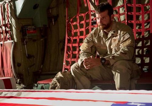 "Bradley Cooper trong phim ""American Sniper""."