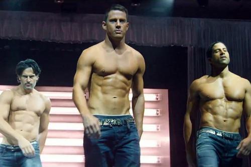 Channing Tatum (giữa) khoe cơ bắp trong một cảnh phim