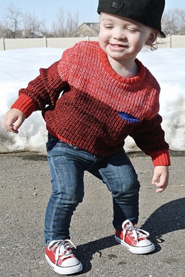 Vào những ngày nắng ấm, các chàng nhóc tinh nghịch thường thích diện áo len, quần jeans và giày sneaker để dễ dàng vui chơi.