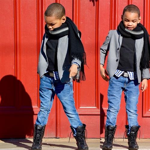 Những chiếc blazer lịch sự khi đi cùng quần jeans, bốt da tạo ra dáng vẻ bụi bặm cho các chàng trai nhí.