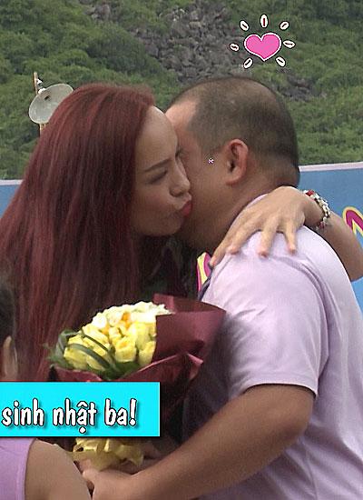 Ở tập này Minh Khang đón nhận niềm vui bất ngờ khi vợ anh - MC Thúy Hạnh - được ban tổ chức bí mật mời từ TP HCM bay ra Nha Trang để mừng sinh nhật của anh.