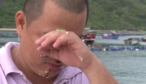 Sau khi bị trét bánh kem và được vợ hôn thắm thiết, Minh Khang xúc động bật khóc.