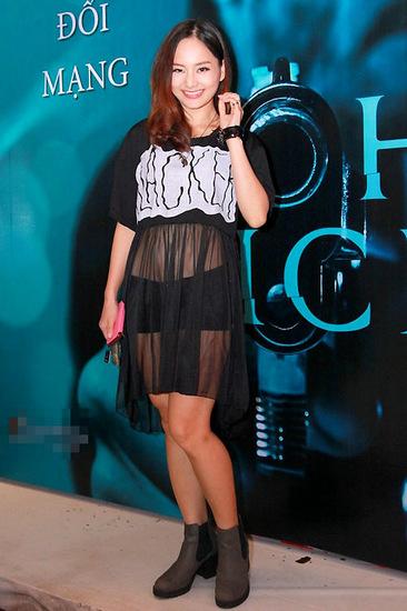 Chọn style trẻ trung với gam đen cá tính nhưng Lan Phương khiến nhiều người đỏ mặt khi kết hợp crop-top lưới với quần short siêu ngắn, khiến nữ diễn viên trông như đang lộ nội y.