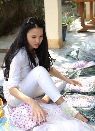 Ngày 9/2, Bebe Phạm cùng chồng và các diễn viên chuẩn bị quà tặng về Long An thăm bà con khuyết tật, khiếm thị.
