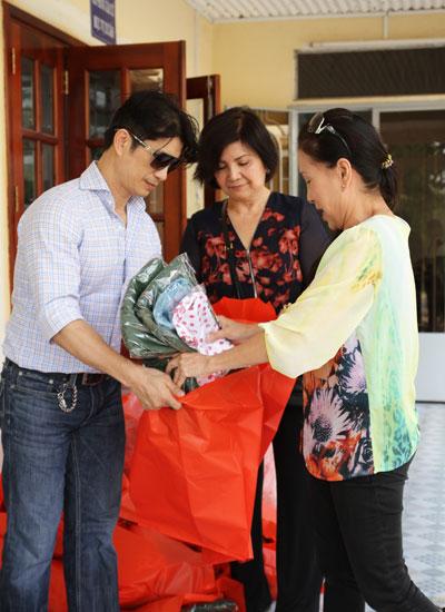 Mẹ của Dustin Nguyễn (giữa) từ Mỹ về Việt Nam