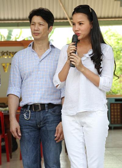 Vợ chồng nam diễn viên dành thời gian giao lưu, trò chuyện với bà con.