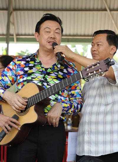 """Chí Tài vừa đàn vừa hát """"Đoản ca xuân"""" góp vui cho buổi giao lưu."""
