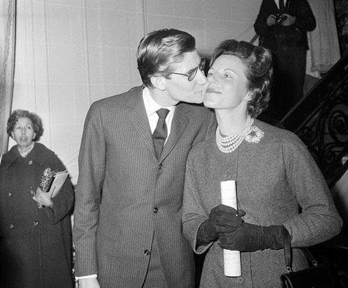 1. Lucienne Mathieu Saint Laurent Một người phụ nữ xinh đẹp bị người đời đánh giá là hư hỏng, nhưng Lucienne Saint Laurent luôn là cái bóng và chỗ dựa tinh thần vững chắc cho con trai yêu quý. Bà luôn ở bên cạnh khi ông, 18 tuổi, lần đầu đến Paris nhận giải thưởng International Wool Secretariat năm 1953 cho một thiết kế đầm cocktail và khi ông thành công với vai trò là người đứng đầu nhà mốt Dior thời bấy giờ.