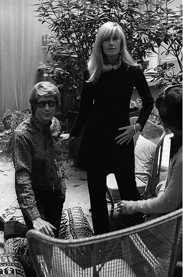 4. Betty Catroux Yves Saint Laurent đã gặp được cái tôi của mình, lưỡng tính, tại một hộp đêm ở Regine năm 1967. Cô gái Betty Catroux với vóc dáng cao gầy, nam tính và mái tóc xoăn vàng được ông miêu tả là chị em song sinh của mình. Đó là nguồn cảm hứng lớn nhất để ông thiết kế nên những bộ pantsuit nổi tiếng.