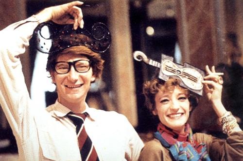 5. Loulou de la Falaise Có thể nói, nàng thơ nổi tiếng nhất của Yves Saint Laurent là Loulou de la Falaise. Chính gu thời trang nhạy bén và phong cách hippie nổi loạn của bà đã truyền cảm hứng cho ông thiết kế nên dòng nước hoa Rive Gauche và bộ sưu tập Le Smoking trứ danh vào năm 1966, đặc biệt là kiểu áo cánh xuyên thấu. Đến năm 1972, Loulou sát cánh cùng Saint Laurent với tư cách là nhà thiết kế phụ kiện và là nàng thơ độc quyền của hãng trong suốt 30 năm. Nhà thiết kế đã gọi nàng thơ của mình với biệt danh thân mật là yêu tinh.