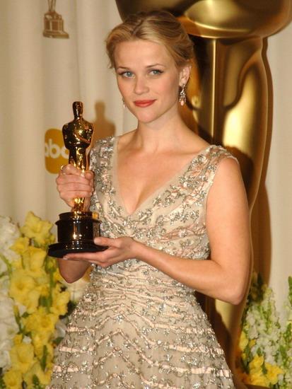 """Reese Witherspoon với tượng vàng Oscar đầu tiên dành cho phim """"Walk the Line""""."""