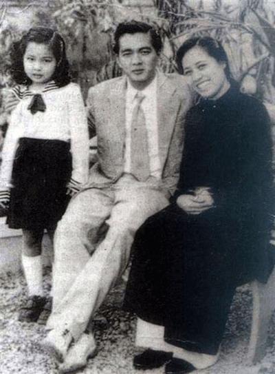 Vợ chồng nghệ sĩ Đoàn Chuẩn và con gái đầu.