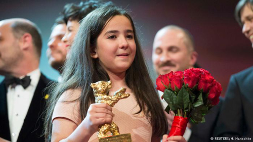 Nữ diễn viên nhí lên nhận giải Gấu Vàng thay cho đạo diễn Jafar Panahi và cô bé đã òa khóc vì xúc động.