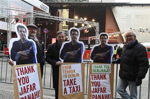 Đạo diễn Jafar Panahi không có mặt ở LHP Berlin nhưng hình của ông có mặt khắp nơi.