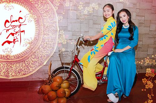 Cẩm Ly và Thiện Nhân thực hiện bộ ảnh xuân trong tà áo dài truyền thống dành tặng cho khán giả nhân dịp năm mới. Trong bộ ảnh, cô trò họ cùng nhau thể hiện những biểu cảm vui nhộn, đáng yêu.