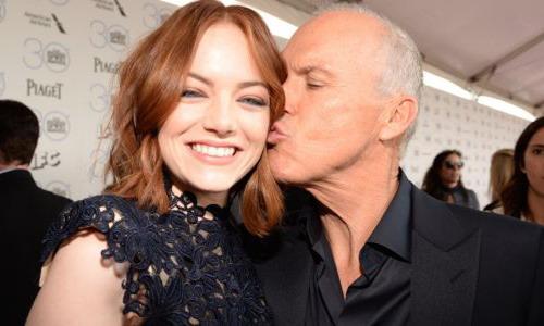 """Emma Stone và Michael Keaton ăn mừng trên thảm đỏ khi """"Birdman"""" được vinh danh."""