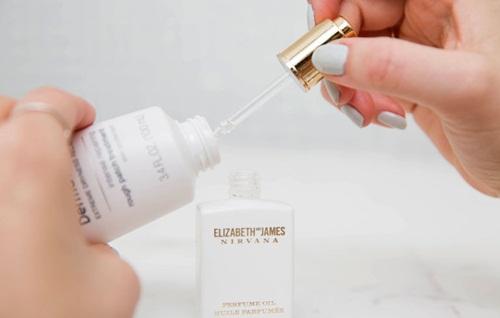 Tận dụng tối đa lọ nước hoa yêu thích bằng cách dùng pipette hút nước hoa còn dư của một lọ đã hết cho vào chai lotion không mùi thường sử dụng.