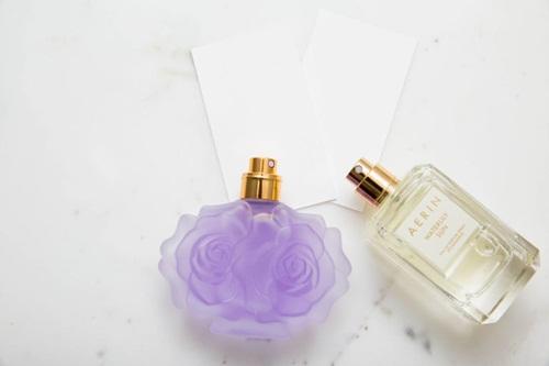 Các bạn gái có thể tự tạo ra mùi hương đặc trưng của mình bằng cách sử dụng nhiều lớp nước hoa. Xịt các lọ nước hoa khác nhau lên cùng một tấm giấy thử và xem thử mùi nào kết hợp với nhau phù hợp nhất. Kế đó, thử sự kết hợp trên chính làn da của mình vì chất dầu trên da có thể làm thay đổi mùi hương. Nguyên tắc là xịt hương nồng nàn trước, sau đó mới đến hương nhẹ nhàng để các lớp hương không át chế nhau.