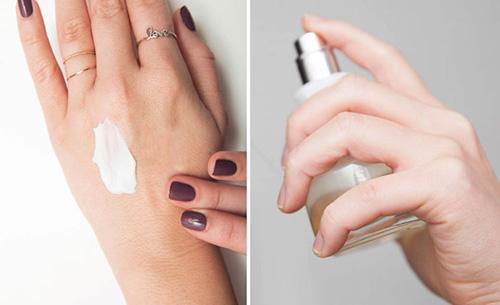 Da dầu hoặc ẩm thường giữ mùi hương lâu hơn da khô. Vì vậy, có thể nhờ sự trợ giúp của kem dưỡng ẩm để khóa hương nước hoa trên cơ thể.