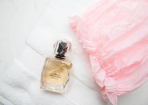 Thời điểm nên xịt nước hoa là ngay sau khi tắm và trước khi mặc quần áo hay đeo trang sức. Độ ẩm của da là yếu tố cần thiết giúp giữ mùi hương. Việc không xịt nước hoa lên quần áo cũng tránh cho vải và trang sức không bị ố màu.