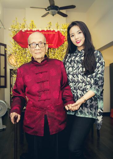 Hoa hậu Kỳ Duyên được giáo sư Vũ Khiêu tặng câu đối Tết