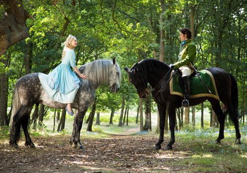 Lọ Lem lần đầu gặp Hoàng tử khi đang trên đường bỏ nhà ra đi.