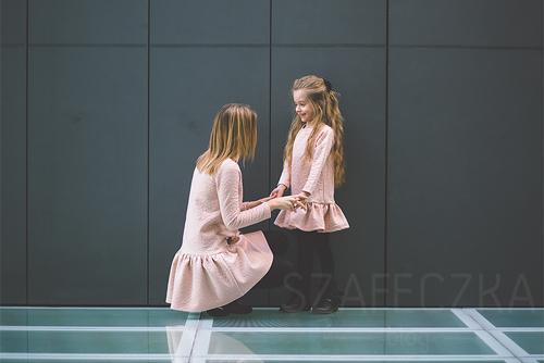 """""""Biểu tượng thời trang nhí"""" Szafeczka mặc váy đôi với mẹ."""