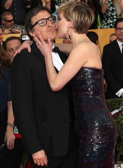 Jennifer Lawrence thân thiết với đạo diễn David trên thảm đỏ. Ảnh: AFP.