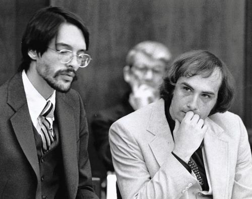 Billy Milligan (phải) trong một phiên tòa xét xử vào cuối thập niên 1970.