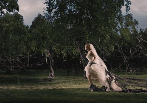 """Một khung hình giàu chất thơ và gây ám ảnh trong bộ phim """"Melancholia""""."""