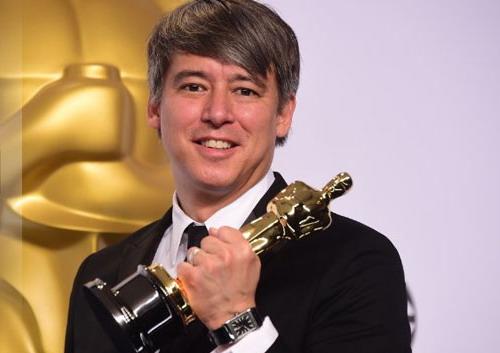 Nhà dựng phim mang hai dòng máu Mỹ - Việt Nam, Tom Cross, bên tượng vàng Oscar.
