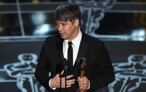 Tom Cross phát biểu trên sân khấu nhà hát Dolby trong đêm trao giải Oscar lần thứ 87 hôm 22/2.