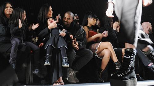 Kim Kardashian và Kanye West liên tục dỗ con trong show diễn của Alexander Wang mới đây. Ảnh: Stuff.