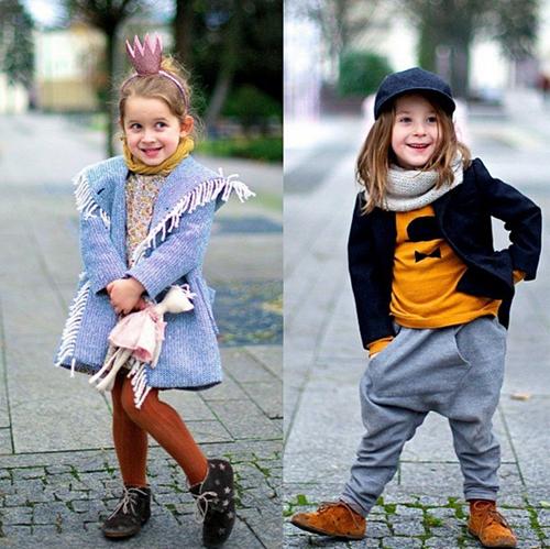 Hai cô bé tinh nghịch trên phố với những