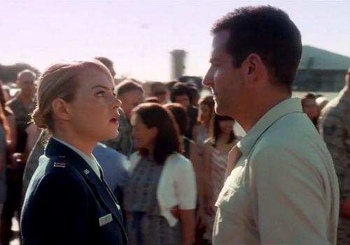 Emma Stone và Bradley Cooper trong một cảnh phim.