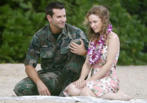 Bradley Cooper có nhiều cảnh lãng mạn với người đẹp Rachel McAdams trên đảo Hawaii.