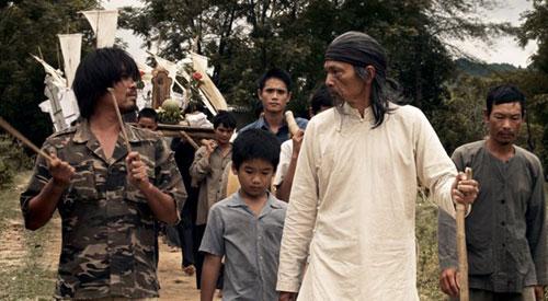 Diễn viên Huy Cường (trái) vai Bè bên cạnh nghệ sĩ Trung Anh (vai ông Thập).