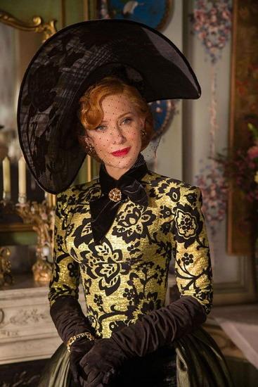 Cate Blanchett để lại dấu ấn mạnh mẽ với vai bà Mẹ kế độc ác.