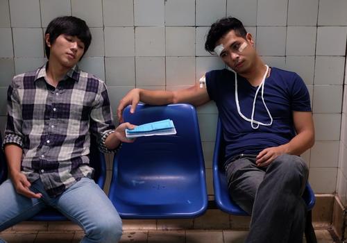 """Hai nhân vật Vũ (Lê Công Hoàng) và Thăng (Trương Thế Vinh) trong phim """"Cha và con và...""""."""