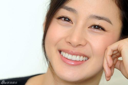 Nữ diễn viên khéo léo dung nhũ kẻ viền trên và dưới mi mắt, tạo cảm giác trang điểm như không.
