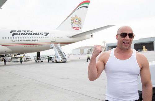 """Vin Diesel ra sân bay Los Angeles chào đón máy bay """"Fast & Furious 777""""."""