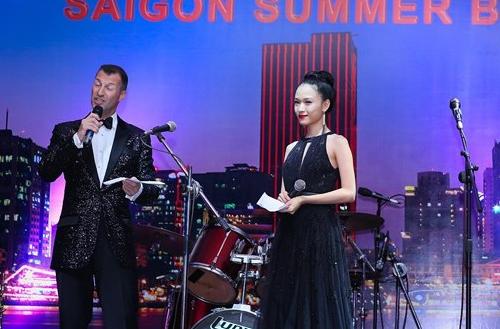 Sở hữu ngoại hình xinh đẹp cùng giọng nói truyền cảm, Phương Nga cũng khá đắt show MC. Trong ảnh là hoa hậu dẫn dắt một sự kiệngây quỹ từ thiện cho trẻ em nghèo vào tháng 6/2013.