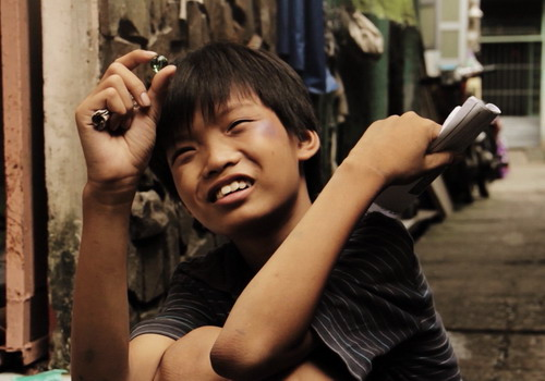 Phim nói về cuộc sống của những đứa trẻ bán kết quả xổ số ở Sài Gòn.