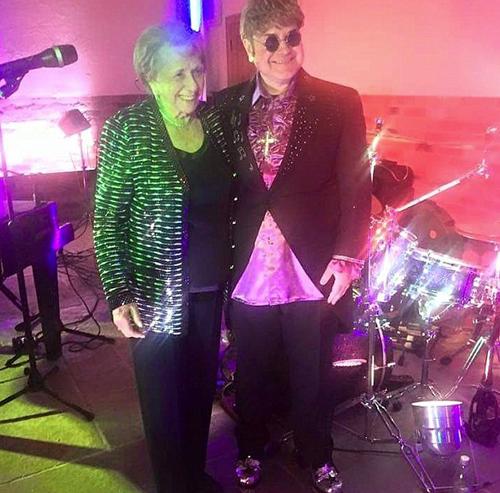 Bà Sheila Farebrothe bên người đóng giả Elton John.
