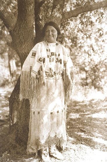 Thổ dân da đỏ của châu Mỹ là những người đầu tiên dùng trang phục tua rua bằng da. Chúng mang nhiều ý nghĩa từ tôn giáo cho đến tính ứng dụng là chống thấm nước. Vì vậy, tùy từng vùng miền hay thời gian, mỗi bộ lạc sẽ có kiểu tua rua đặc trưng riêng. Trên hình là một tù trưởng và hững người phụ nữ của bộ lạc Cheyenne mặc trang phục nghi lễ truyền thống được thêu tỉ mỉ. Các sợi tua rua còn được đính thêm nhiều hạt đá và vỏ sò ốc nhằm tạo ra âm thanh lanh canh khi nhảy múa trong buổi lễ.