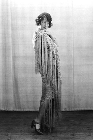 Dấu ấn đậm nét nhất của xu hướng tua rua phải kể đến thời huy hoàng của thập niên 1920. Những bộ váy flapper đính hàng tua rua dài diễm lệ, phủ ánh kim lấp lánh là tác phẩm của hai nhà tiên phong là nữ thiết kế lừng danh Madeleine Vionnet và nhà thiết kế Anh Charles Worth. Thiết kế tua rua nhanh chóng phát triển rộng rãi, giúp điệu vũ Charleston của các cô gái trong giai đoạn này thêm phần uyển chuyển. Nhiều minh tinh như Joan Crawford và Claudette Colbert đều là fan trung thành của xu hướng này.