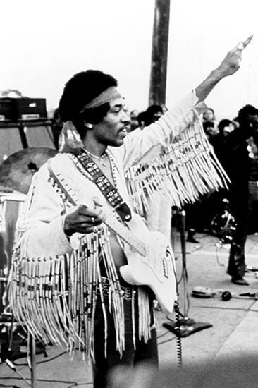Mãi đến thế kỷ 16 ở Pháp, nghệ thuật làm tua rua mới bùng nổ. Tua rua được làm thủ công, tỉ mỉ và đẹp mắt trên chất liệu lụa thêu kim tuyến nhưng cũng chỉ dùng để điểm xuyết trang phục. Khi bước sang thập niên 1970, vẻ đẹp của những dải tua rua da giản dị từ thổ dân da đỏ một lần nữa trỗi dậy. Các huyền thoại âm nhạc như Jimi Hendrix và The Who's Roger Daltrey mang xu hướng ấy lên sàn diễn sôi động của họ, tung bay theo từng bước nhảy và khởi động cho một sự trở lại hoành tráng. Cũng từ đây hình thành quan niệm mặc định rằng tua rua gắn liền với phong cách bohemian, gypsy hay hippie phóng khoáng.